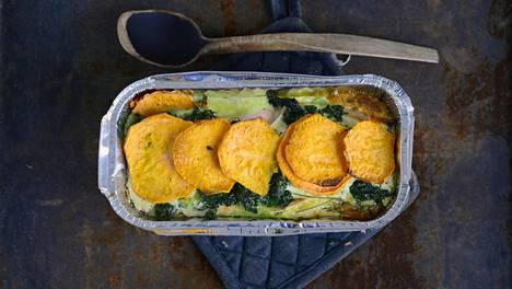 Bataatti-lohilaatikon kermainen kastike on maukas.