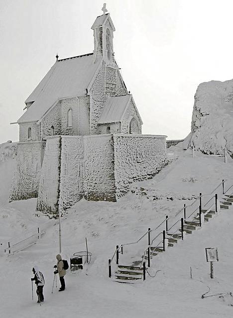 SAKSA EILEN. Patikoitsijat kävivät ihastelemassa Wendelsteinin kirkkoa, joka sijaitsee 1838 metrin korkeudessa.