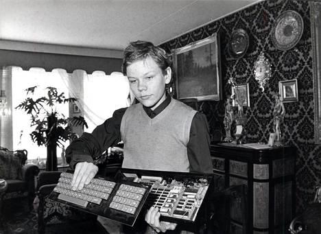 Harri Hursti esitteli 1984 tietokoneitaan Helsingin Sanomien haastattelussa.