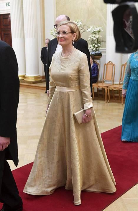 Paula Risikko luotti eleganttiin juhla-asuun.