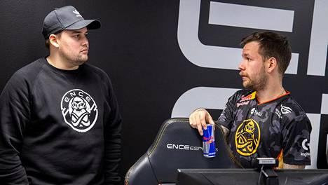 """Aleksi """"allu"""" Jalli (oikealla) on ainoa jäljellä oleva pelaaja ENCEn keväällä 2018 esittelemästä kokoonpanosta. Vieressä marraskuussa valmentajaksi palkattu Eetu """"sAw"""" Saha."""