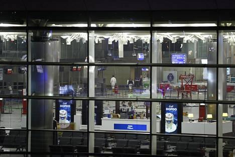 Kaksi itsemurhapommittajaa iski Turkin suurimmalle lentoasemalle Istanbulissa.