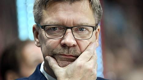 Leijonien päävalmentaja Jukka Jalonen ei pidä Telian uudistuksesta, jossa valmentajat on mikitetty ottelun ajaksi.