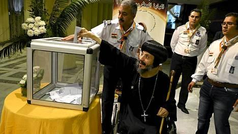 Koptipiispa äänestämässä Kairossa.