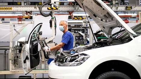 Volkswagenin työntekijä yhtiön tehtaan tuotantolinjalla Saksan Wolfsburgissa.