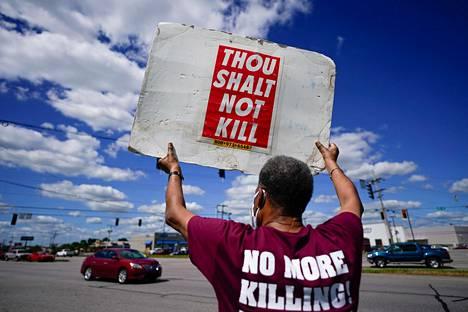 Mielenosoittaja protestoi kuolemantuomiota vastaan liittovaltion vankilan Terre Hauten edustalla.