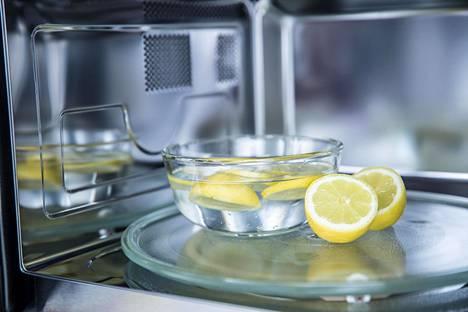Kokeile seosta, jossa on kuppi tislattua valkoviinietikkaa tai kuppi kuumaa vettä sekä kaksi ruokalusikallista sitruunamehua.