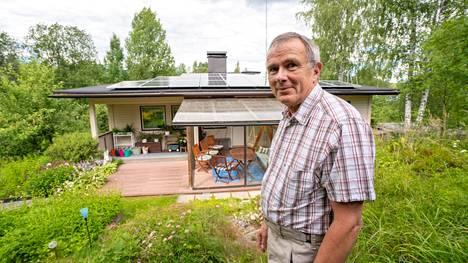 Lasse Tuomala asennutti vuosi sitten katolleen aurinkopaneelit.