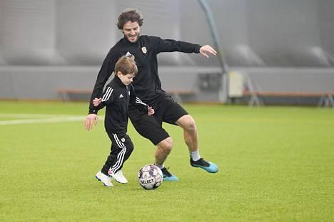 SJK:n kapteeni Mehmet Hetemaj ja hänen poikansa Luan pelaamassa Seinäjoen jalkapallohallissa.
