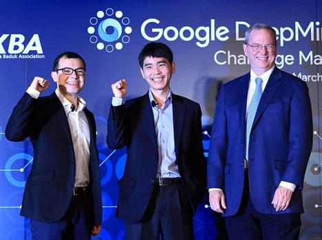 Lee Se-dol on kuvassa keskellä. Oikealla Alphabetin (Googlen emoyhtiö) puheenjohtaja Eric Schmidt ja vasemmalla AlphaGon kehittäjä Demis Hassabis.
