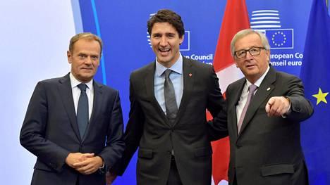 Eurooppa-neuvoston puheenjohtaja Donald Tusk, Kanadan pääministeri Justin Trudeau ja Euroopan komission puheenjohtaja Jean-Claude Juncker poseerasivat ennen sopimuksen allekirjoittamista.