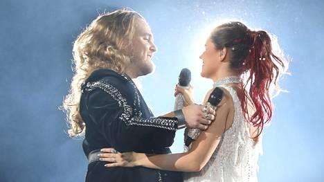 Duetto Teemu Roivaisen kanssa herkisti Saara Aallon.