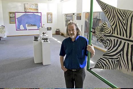 Entinen koulu on löytänyt uuden elämän Paratiisina. Taitelija Ilja West on täyttänyt koulun omalla ja kahden muun taiteilijan maalauksilla, grafiikallaja veistoksilla. Paratiisi-nimen juuret johtavat Westin 2000-luvun näyttelyihin, joiden nimessä esiintyi usein paratiisi. Nyt useita vuosia ulkomailla asunut taiteilija kuvaa Sysmässä sijaitsee taidegalleriaansa, kotiaan ja työhuonettaan omaksi paratiisikseen.