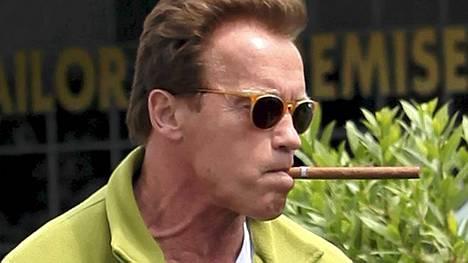 Arnold Schwarzenegger pisti sikariksi Santa Monicassa, Kaliforniassa.