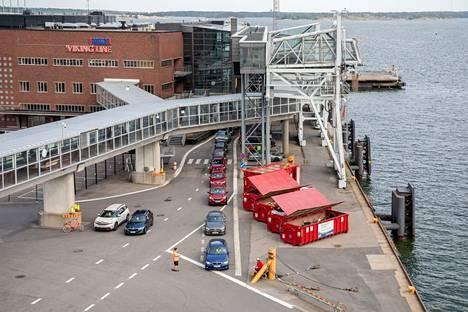 Jos matkustaja pysyttelee laivalla eikä poistu maihin Tukholmassa, pääsee takaisin Suomeen ilman todistuksia.