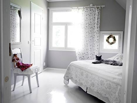 Makuuhuoneessakin tunnelma on levollinen ja vaalea.
