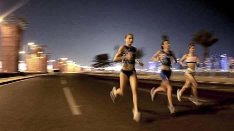 Naisurheilijoiden pukeutuminen on herättänyt keskustelua Dohan MM-kisoissa.