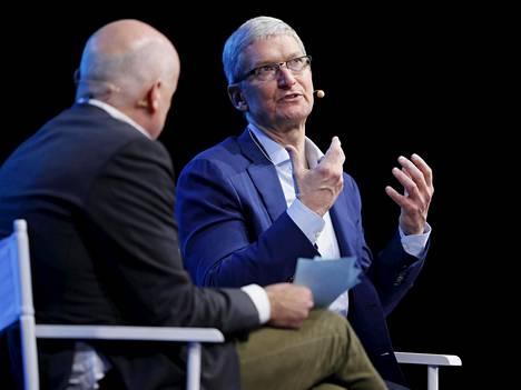 Applen toimitusjohtaja Tim Cook (oik.) Wall Street Journalin päätoimittajan Gerard Bakerin haastattelussa maanantaina.
