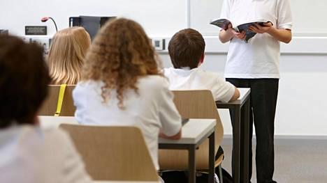 Esitelmien harjoittelu kavereiden edessä tai juttelu koulupsykologin kanssa voi auttaa.