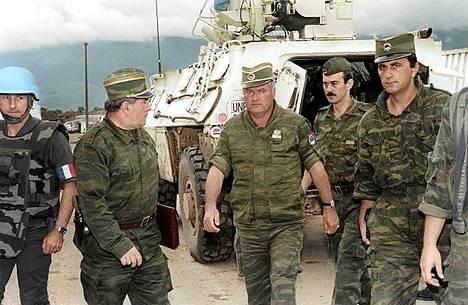 Ratko Mladic (keskellä) vuonna 1993.