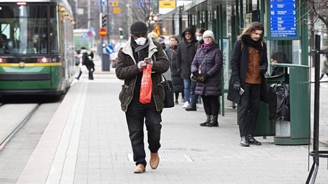 Suomalaisia kehotetaan pysymään kotona. Jos ulkona pitää liikkua ja on terve, on silti muistettava suojaetäisyys.