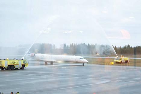 Tukholmasta saapunut Cityjetin CRJ 900-kone sai avajaissuihkun Oulussa.