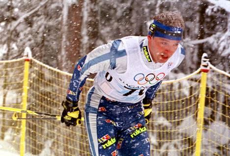 Mika Myllylä matkalla 30 kilometrin hiihdon olympiakultaan Naganossa 1998.