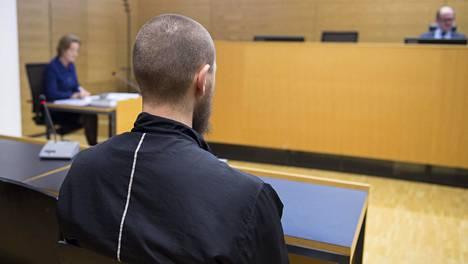 Mies esiintyi oikeudessa ilman avustajaa.
