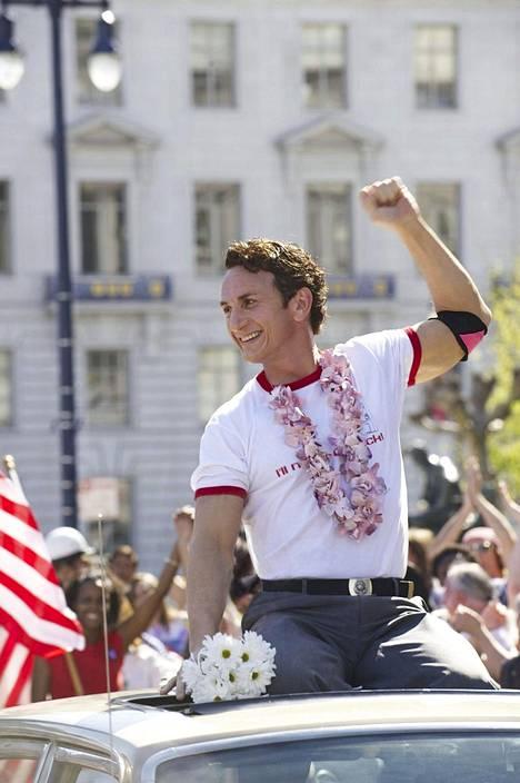 Sean Penn esittää Harvey Milkiä.