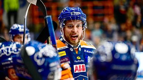 """Jukka Peltola loukkaantui KHL-ottelussa – palasi nyt Tampereelle: """"Pelit jatkuvat siellä, kunhan toivun"""""""