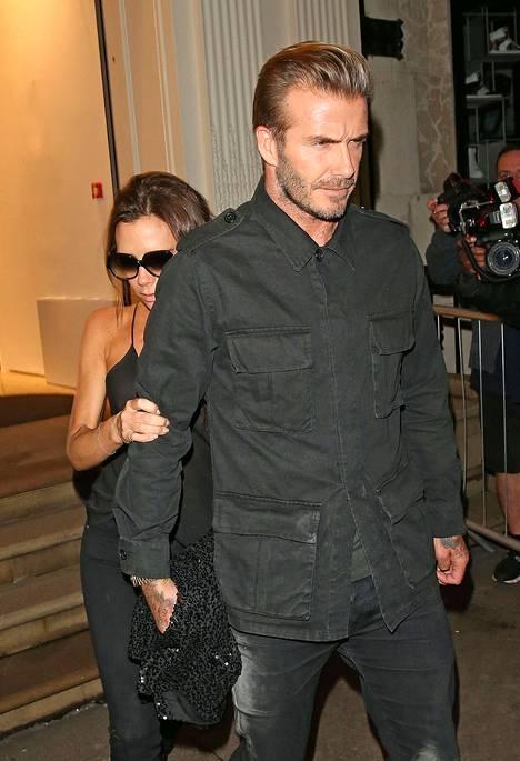 Victoria yritti piilotella David Beckhamin selän takana paparazzien edessä.