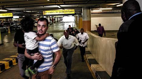 Pelastuneet pakenivat ostoskeskuksesta.