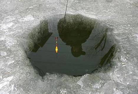 Satoja pilkkijöitä jäi sunnuntaina ansaan ajelehtivalle jäälautalle Venäjän Kaukoidässä.