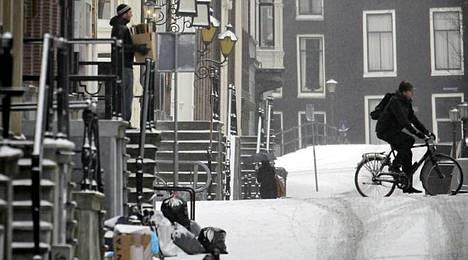 Amsterdamin kadut saivat lumipeitteen. Toisaalla Hollannissa on valtavia liikenneruuhkia.