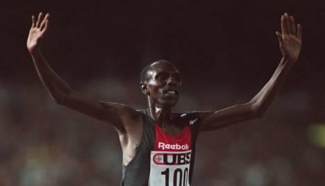 Moses Kiptanui juhli maailmanennätystä 16. elokuuta 1995 Zürichissä.