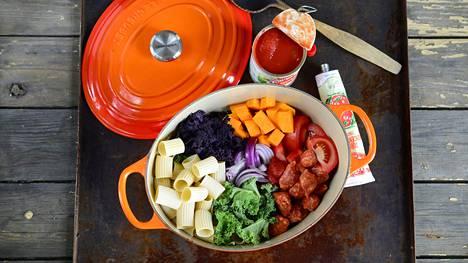 One pot -pasta valmistetaan nimensä mukaisesti kokonaan yhdessä padassa.