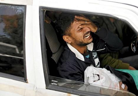 Ilmaiskussa kuolleen palestiinalaisvauvan isä suri tytärtään hautajaisten yhteydessä Gazassa 16. marrkaskuuta.
