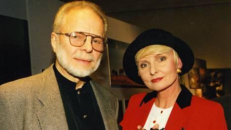 Timo Sarpaneva ja Marjatta Svennevig vuonna 1995.