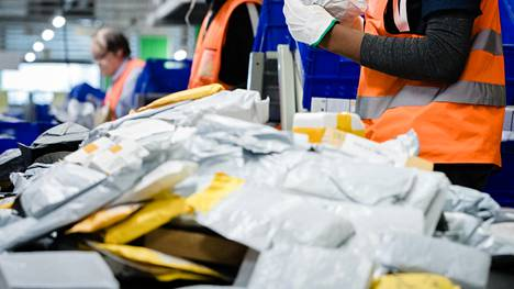 Kiinasta lähetetyt paketit ja pussukat tulevat kalliiksi Postille Suomessa.