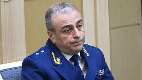 Varavaltakunnansyyttäjä Saak Karapetjan vastasi syyttäjänviraston kansainvälisestä yhteistyöstä, minkä vuoksi hän pystyi joko estämään tai auttamaan Venäjään liittyvien kansainvälisten rikosepäilyjen tutkinnassa.