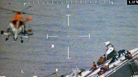 Osa kyljelleen kaatuneen Sewol-lautan matkustajista onnistui kiipeämään pahoin kallistuneen laivan kyljelle.