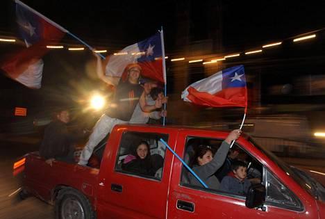 Chileläiset juhlivat kaduilla kaivosmiesten pelastumista.