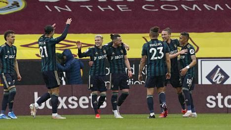 Leedsin pelaajat juhlivat Jack Harrisonin iskemää 0–2-maalia.