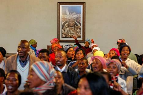 Ihmisi? kokoontui muistamaan edesmennytt? Nelson Mandelaa t?m?n syntym?paikassa Mvesossa.