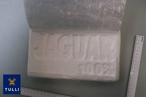 Yksi kokaiinilaatikossa olleista pakkauksista avattuna.