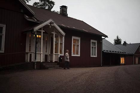 Teatteri Hevosenkenkä toimii entisessä kansakoulussa. Punamultainen päärakennus on vuodelta 1899.
