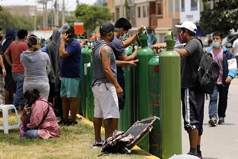 Perulaiset maksavat happipulloista riistohintaa, sillä tehohoitopaikkojen ollessa täynnä sairaita läheisiä yritetään hoitaa kotikonstein.