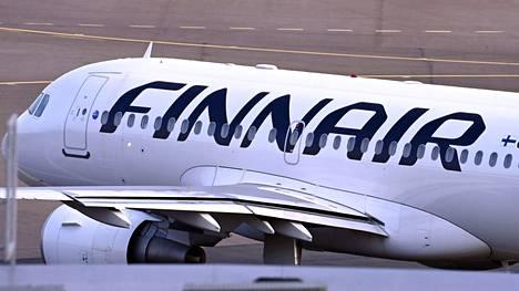 Finnairin lentokone Helsinki-Vantaan lentoasemalla 15. heinäkuuta 2021.