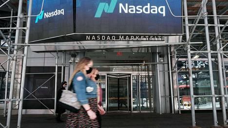 Ihmisiä kävelemässä Nasdaq-rakennuksen ohitse New Yorkissa tiistaina.