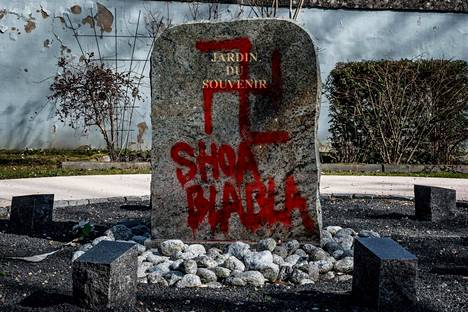 Häväisty muistomerkki Ranskan Champagne-au-Montissa helmikuussa.
